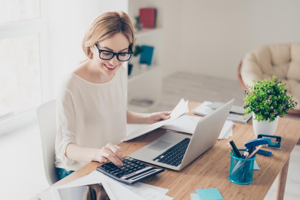 jeune expert-comptable gérant la comptabilité de ses client grâce au digital