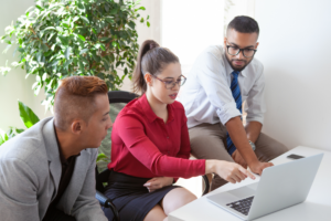 expert-comptable assurant son devoir de conseil auprès de ses clients entreprises et particuliers