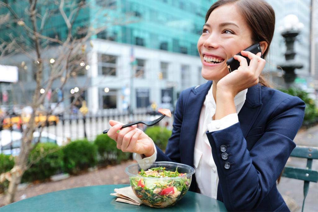 jeune femme salariée pause repas titre restaurant entreprise